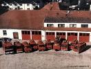 ... es in der Gemeinde Gangkofen insgesamt 11 Ortsfeuerwehren gibt? Dieses Foto von 1997 vor unserem Feuerhaus zeigt alle Wehren auf einem Bild. Von links nach rechts: das TLF der Stützpunktfeuerwehr Gangkofen, Tragkraftspritzenfahrzeuge (TSF) der Feuerwehren Obertrennbach, Dirnaich, Malling, Hölsbrunn, Panzing, Kollbach, der Tragkraftspritzenanhänger (TSA) der Feuerwehr Marastorf sowie weitere TSF der Feuerwehren Reicheneibach, Seemannshausen und Engersdorf